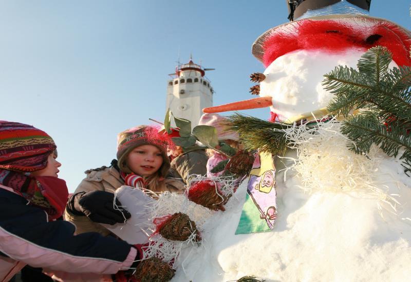 Kids making snowman